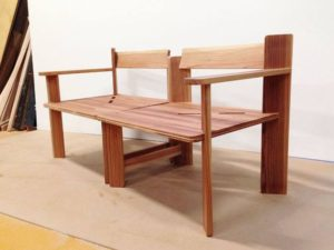 木製家具の椅子横から