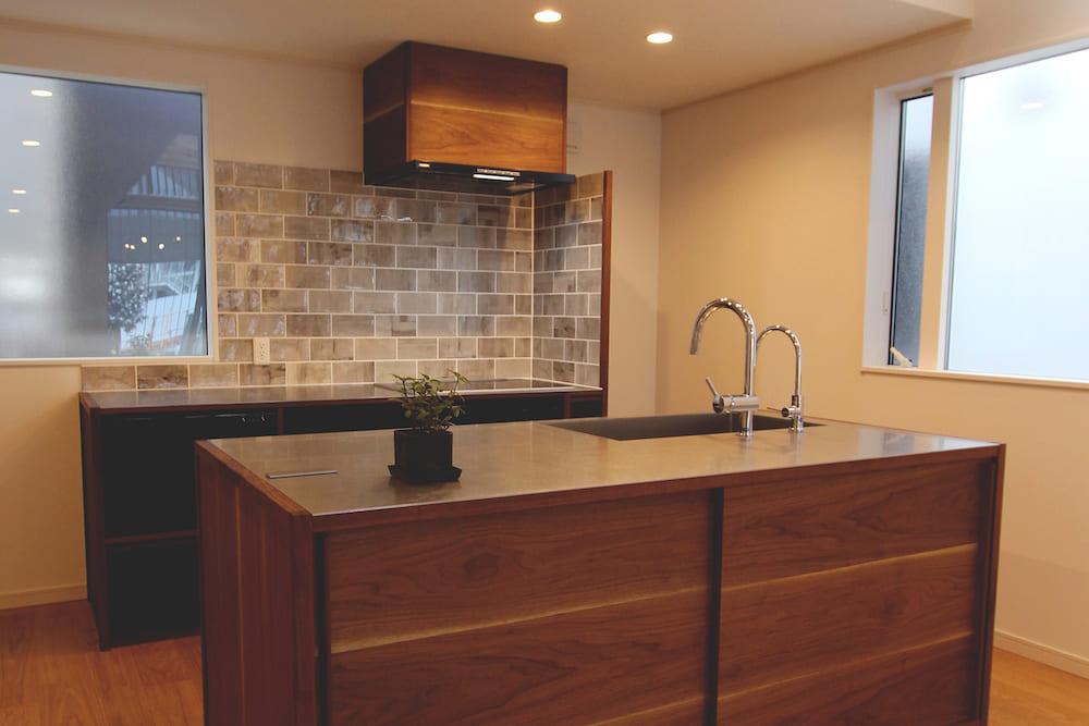 <p>モデルハウスのキッチンのデザイン、制作、施工</p>