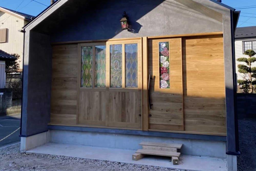 <p>さいたま市で活動するステンドグラス作家、寺島裕子さんのアトリエと家具のデザイン・建築</p>