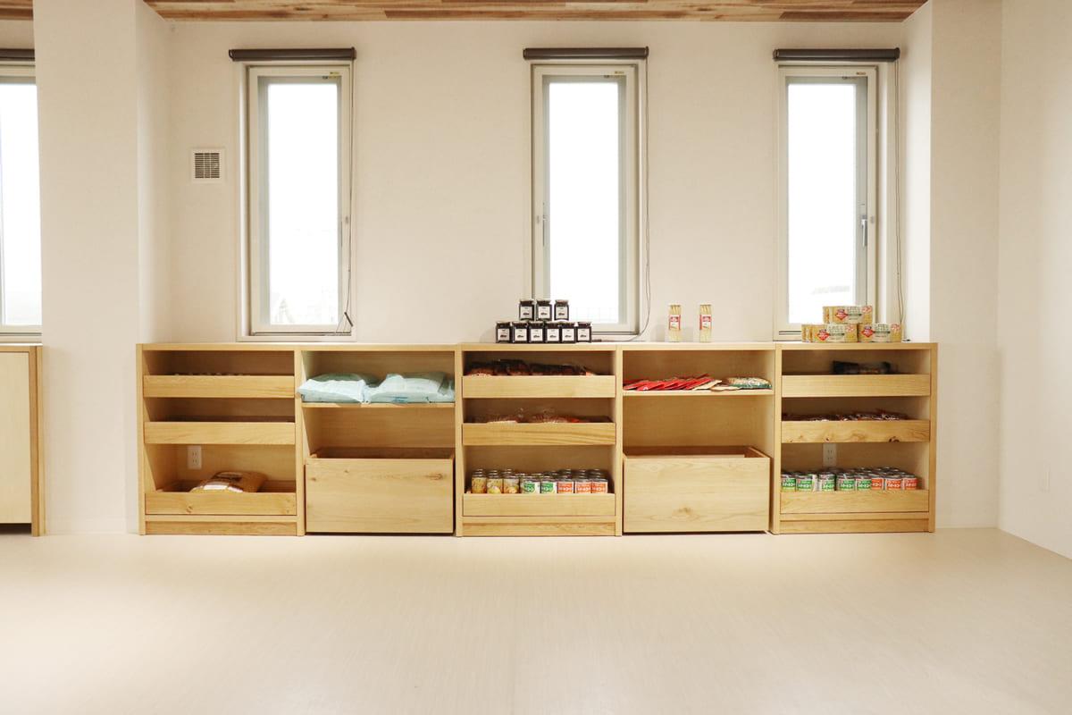 <p>木製家具(食品棚)のデザイン・制作・設置</p>