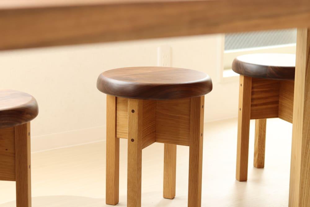 <p>木製家具(丸椅子)のデザイン・制作・設置</p>