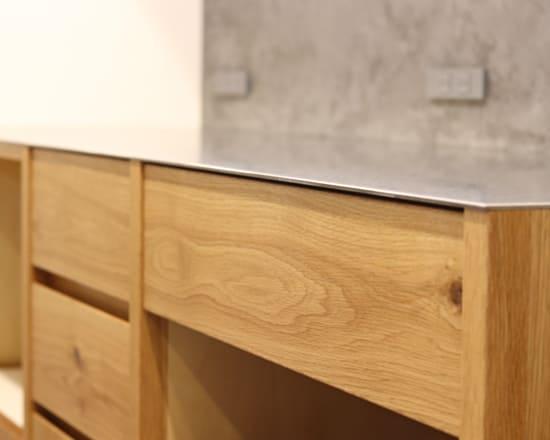 ステンレスの天板のオーダー食器棚(カップボード)